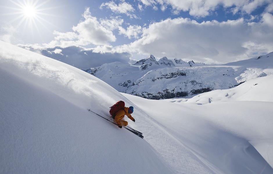 Skieur descendant une piste freeride avec des skis Movement ICON 95