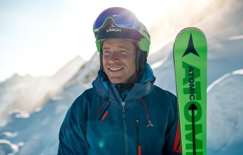 Performance exceptionnelle sur piste avec les ski Atomic Redster X9